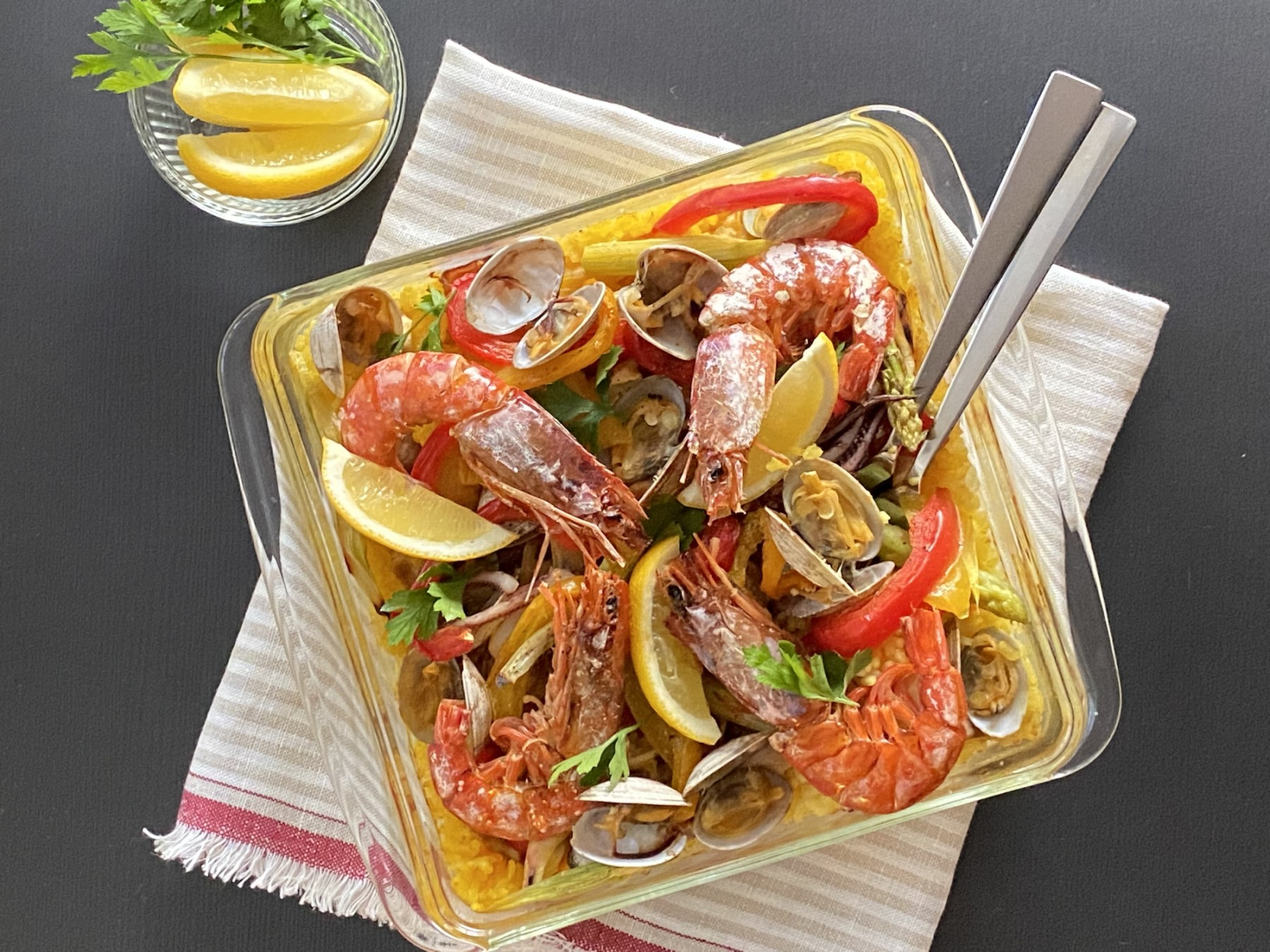 新鮮魚介と彩り野菜のパエリア